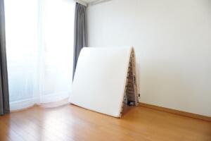 ミニマリストの部屋マットレスとすのこベッド(立て掛け)